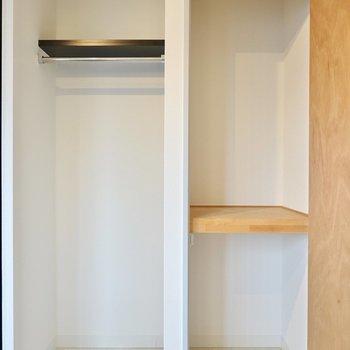 間仕切り壁側にはオープンなクローゼットと押入れが。