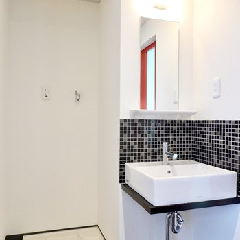 右側には洗濯機置場とタイル張りの洗面台が!可愛さもクールさもあり、愛着が湧きますね◎