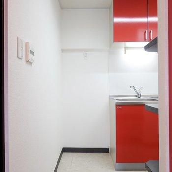 キッチンスペースに入って正面には冷蔵庫置き場。