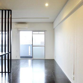 黒いルーバーと床にモダンな家具やミリタリー感のある小物が似合いそう。