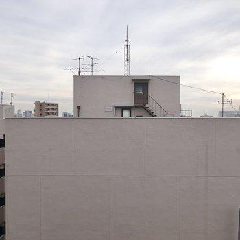 二面採光の窓からはお隣の建物が。