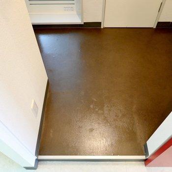 脱衣所はひとりでゆったり使える広さ。シート張りの床でお掃除もラクそう。