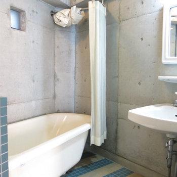 お風呂はタイル張りのオリジナリティあふれる空間