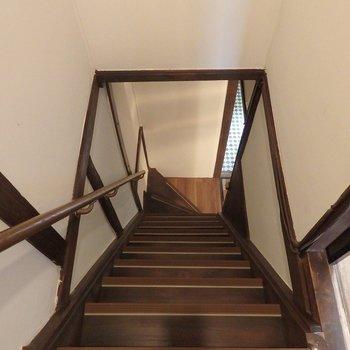 階段は降りるときは注意な、急こう配!