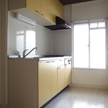 黄色いキッチンです
