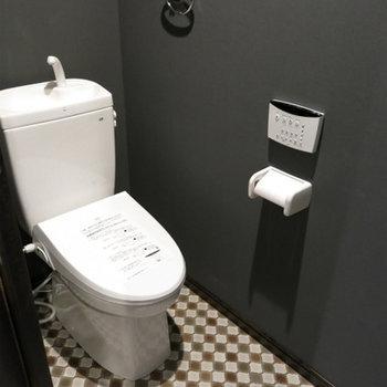 チェック模様のトイレ。