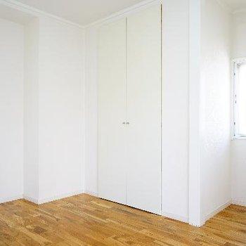 明るい寝室!小窓がいいね※前回募集時の写真です
