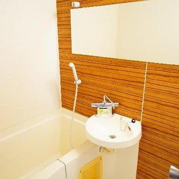 お風呂はクロスが良い色合い♪2点ユニットです。