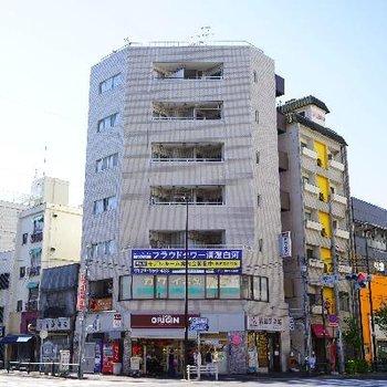 角に立つ建物です。お部屋は5階!
