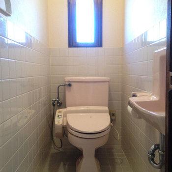 窓付きのトイレ。ちゃんと手も洗えます。