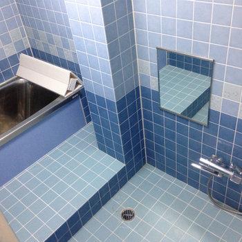 青タイルのお風呂。広い!