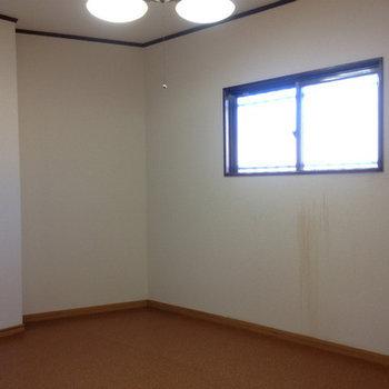 S=納戸。写真左手にも階段下の収納が。