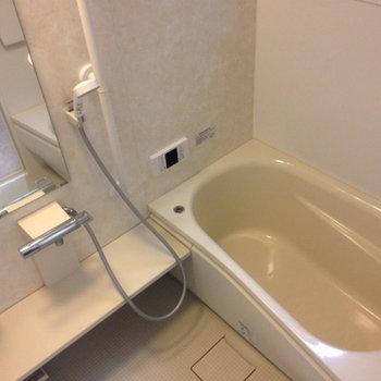広いお風呂。追焚機能も付いています。