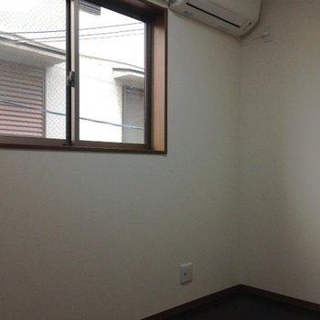 階段上がって正面のお部屋。このお部屋は正直狭いですね。