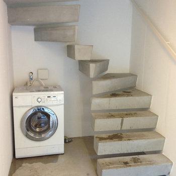 ガレージ奥にドラム式洗濯乾燥機が ※写真は別部屋です