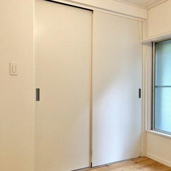 【洋室】引き戸を閉めれば完全にLDKと区切ることができます。