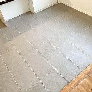 【LDK】床は石のタイル張りになっていてお掃除もしやすい!