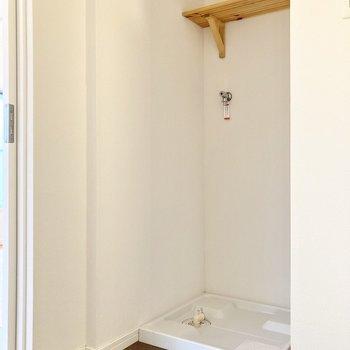 洗濯機置き場の上には棚が付いています。