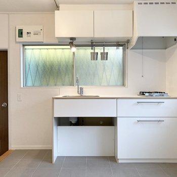 【LDK】キッチン側も2面採光で明るいです。