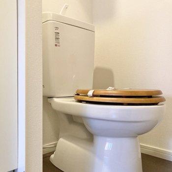 トイレの蓋が木製なのが可愛らしい。