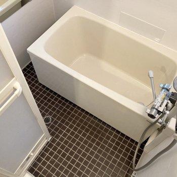 お風呂は浴槽も好感されてとっても綺麗。タイル張りがレトロな雰囲気。