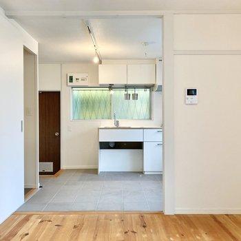 【LDK】キッチンとリビングの間にカーテンなどを付けてもよさそうですね。