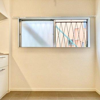 【LDK】キッチン背面には食器棚やラックを置くことができそう。