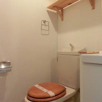 トイレは木製便座が可愛らしい!