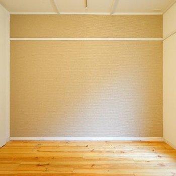 寝室はこちら。ライトブラウンのアクセントが◎