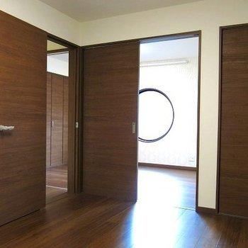 ドアのパラダイス!間仕切りで個室にも一体にできます。