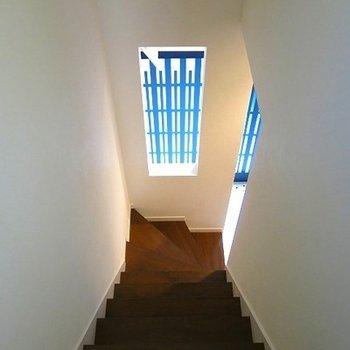 小窓があるだけで階段の閉塞感がなくなります