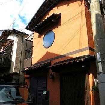 赤茶と丸い窓が特徴の住宅