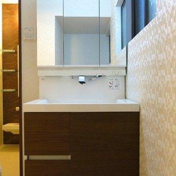 三面鏡にもなる洗面台の流し台は広く、朝の準備も楽チンに。
