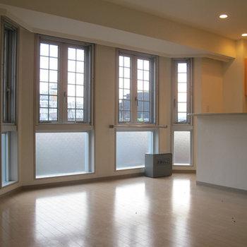 大きな出窓がR状にデザインされています。