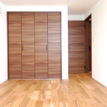 上階の寝室。建具はダークブラウン。