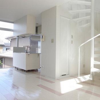 上の階は南向きの開放的な寝室です。