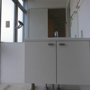 独立洗面台も大きめです!