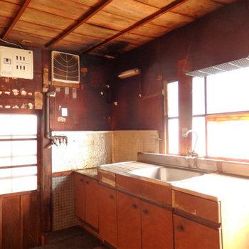 キッチンは窓に囲まれています。