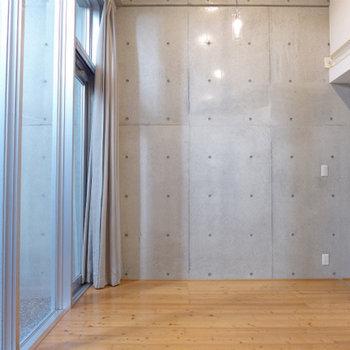 7.8畳の居室。窓が大きく開放的です!