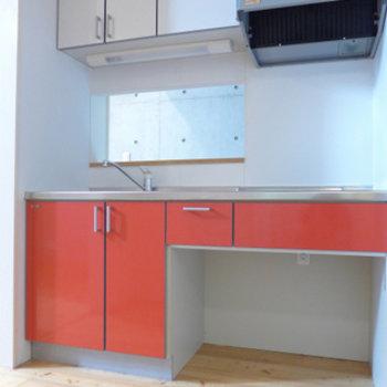 キッチンはIHです。赤で可愛い!