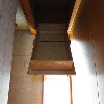 玄関前に天井収納もあります!!※写真は別部屋