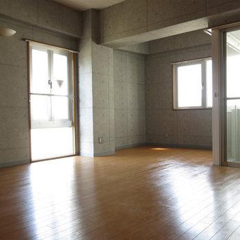 採光部分が沢山あり、お部屋は明るいです。※写真は別部屋
