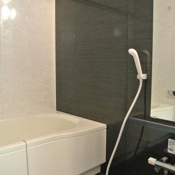 お風呂も黒い石調のデザインでクール