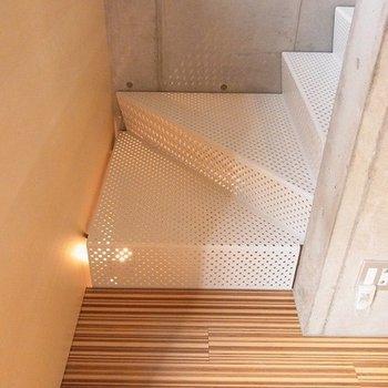 下から照明があたっておしゃれな階段。※写真は別部屋