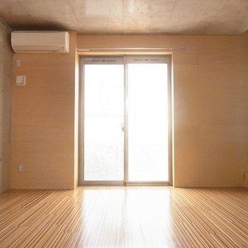 コンクリのかっこよさと木目の暖かさ。※写真は別部屋