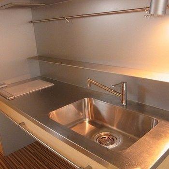 ステンレスのIHキッチンがかっこいい。※写真は別部屋