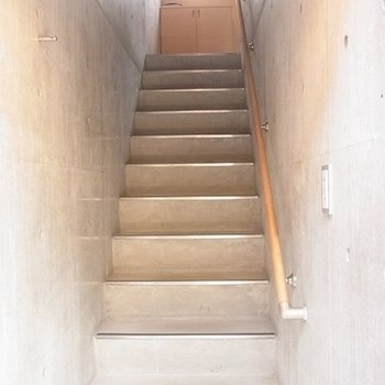 玄関をはいるとすぐに階段が。※写真は別部屋