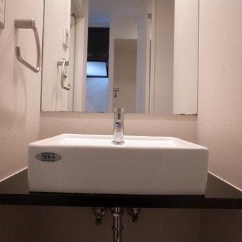 独立洗面台おお洒落です。※写真は別部屋です