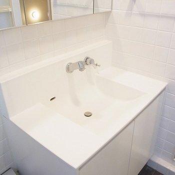 独立洗面台。オシャレです。※写真は別部屋です