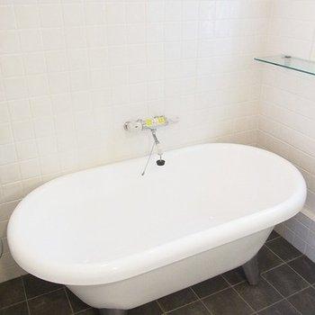 猫足バスタブ。窓付きの開放的なお風呂です※写真は別部屋です